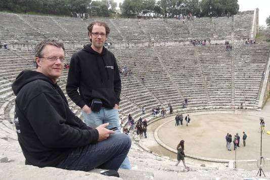TU/e onderzoekers Constant Hak (links) en Remy Wenmaekers onderzochten samen met een groep studenten de akoestiek van klassieke Griekse amfitheaters.