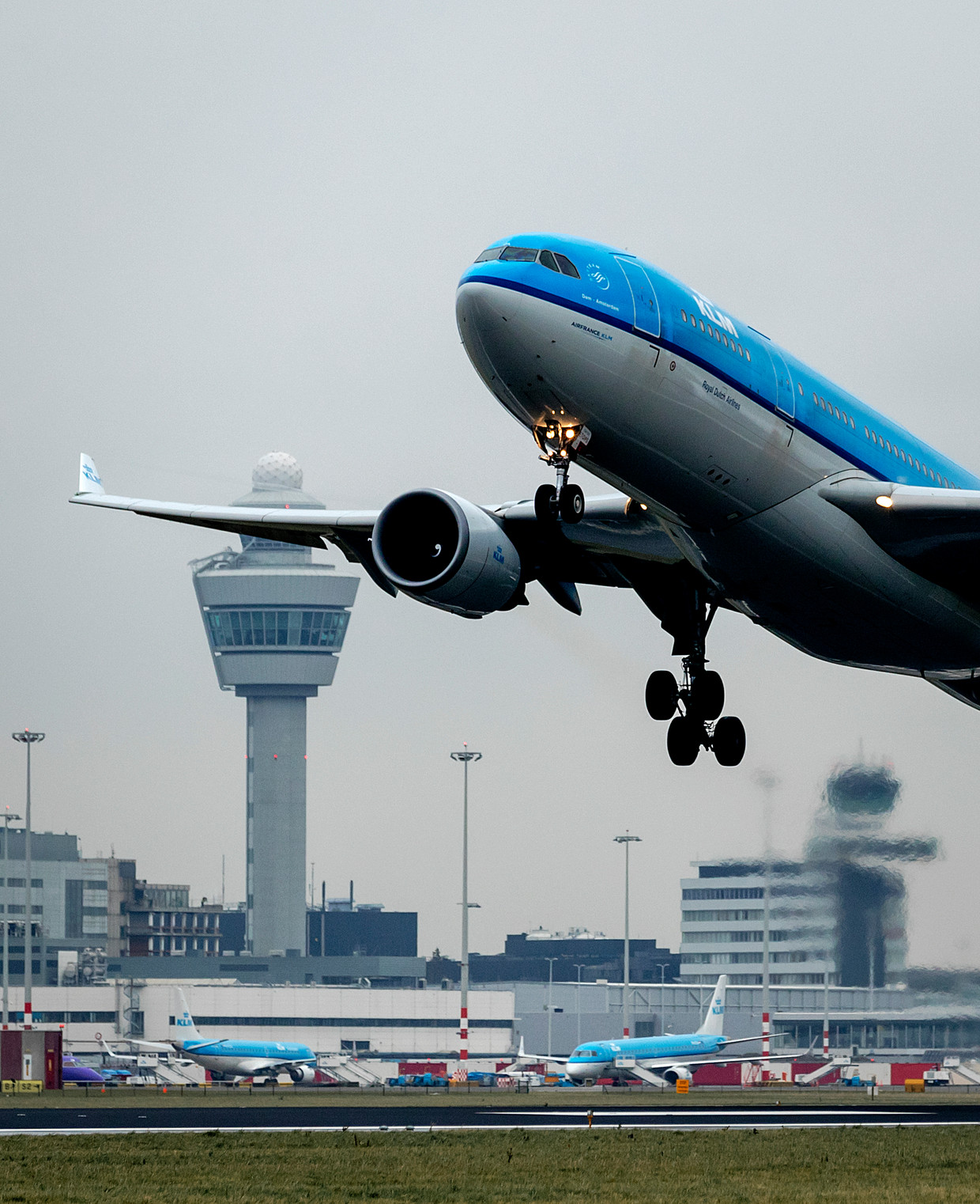 Een vliegtuig van KLM stijgt op van een landingsbaan van Schiphol.