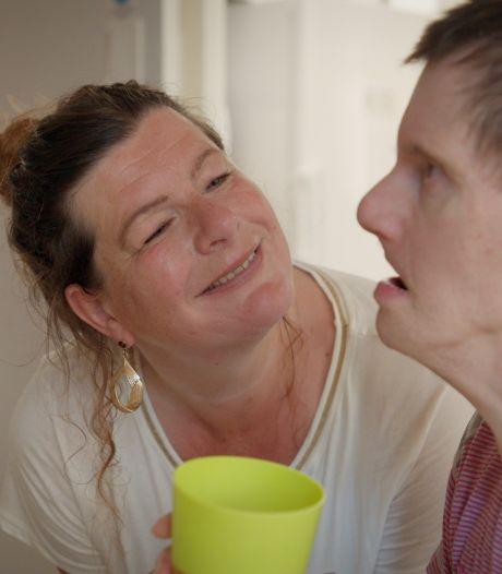 Albert-Jan (51) heeft Down en kan bijna niets zelf, zussen nemen zorg van ouders over: 'Hij redt het niet alleen'