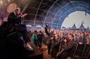 De Haarlemse band Chef'Special met leadzanger Joshua Nolet tijdens popfestival Back To Live op het evenemententerrein van Walibi Holland. Het evenement viel onder een reeks van proefevenementen van Fieldlab.