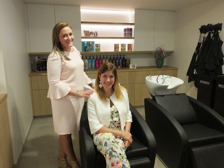 Steffi Vermeersch en haar schoonzus Sylvie in het nieuwe schoonheidssalon Steffi's Hairdesign.