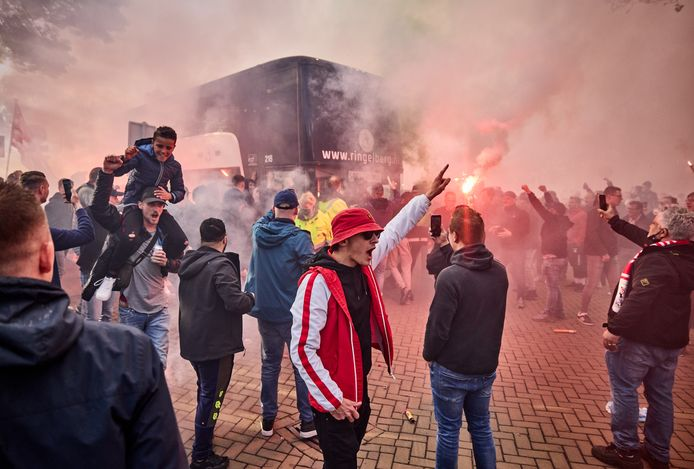 De spelersbus van Sparta wordt door fans onthaald op het Kasteel na het behalen van de play-offs voor Europees voetbal.