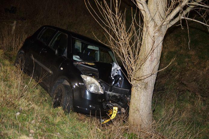 Bestuurder rijdt met auto tegen boom aan de Valkenvoortweg Waalwijk.