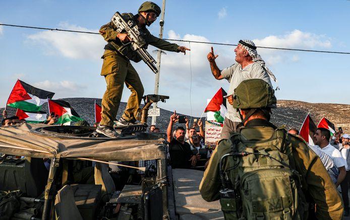 Een Palestijnse demonstrant schreeuwt tegen een Israëlische soldaat.