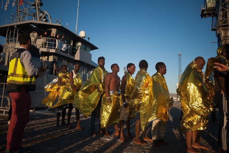 Een Frontex-boot zet migranten uit de Sub Sahara aan land in de haven van het Spaanse Malaga.   Beeld Getty
