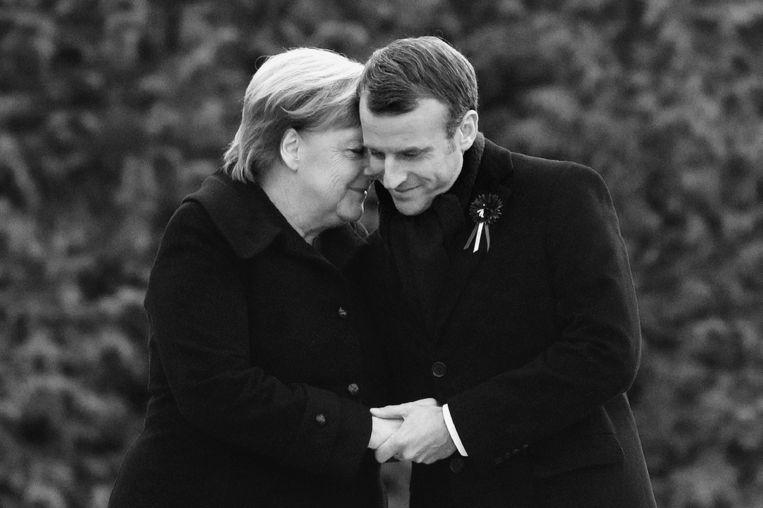 Met de Franse president Emmanuel Macron bij de herdenking van 100 jaar einde van de Eerste Wereldoorlog, 10 november 2018.  (Foto uit het boek Angela Merkel. De kanselier en haar tijd) Beeld picture alliance/AP Photo