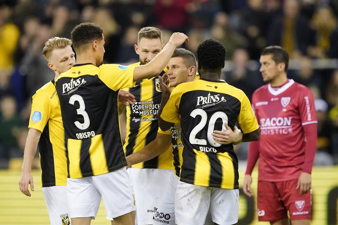De namen van spelers als Max Clark, Armando Obispo, Tim Matavz, Bryan Linssen en Nouha Dicko verdwijnen van het shirt van Vitesse.