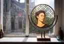 Een van de andere portretten die ze heeft gebrandschilderd voor het raam in haar appartement. Foto: Pix4Profs/Joyce van Belkom