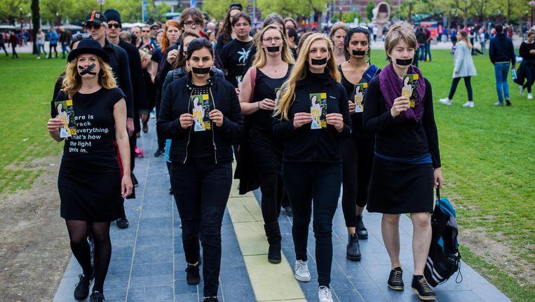 Milieugroep Fossil Free Culture betoogt op het Museumplein tegen de samenwerking tussen Shell en het Van Gogh Museum Beeld Maarten Brante