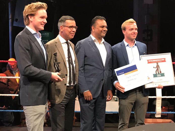 Ketelbinkieprijs-winnaars Peter-Paul van Voorst tot Voorst  van Skoon Energy (links) en collega Daan Geldermans (geheel rechts); in het midden juryvoorzitter Bas Janssen en de Rotterdamse wethouder Richard Moti.