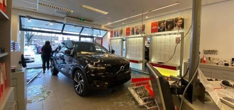 Auto rijdt brillenwinkel in Veenendaal binnen, veel schade maar geen gewonden