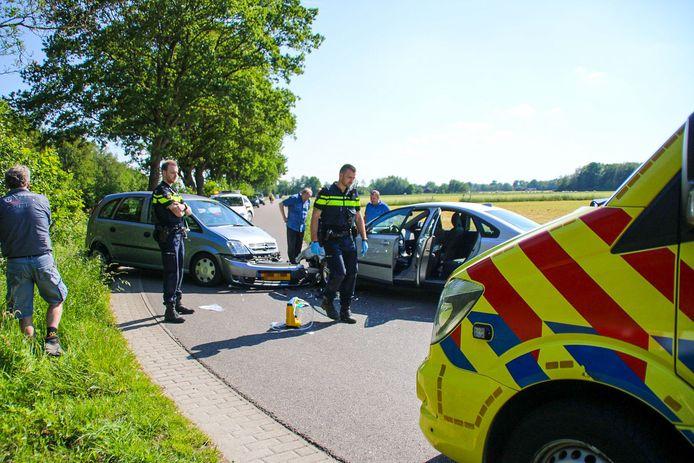 Twee auto's botsten frontaal op elkaar in een flauwe bocht van de Blokhuizersteeg in Nijkerk.