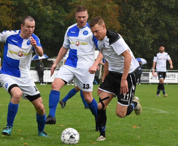 Mark van Agteren (rechts) zal voorlopig niet in het shirt van Wieldrecht te zien zijn.