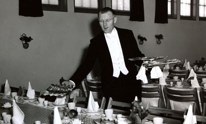 Adriaan Vervoort, ober-kelner bij de lunchtafel van hotel Wilhelmina in 1956 waar Bergoss het 100-jarig bestaan vierde.