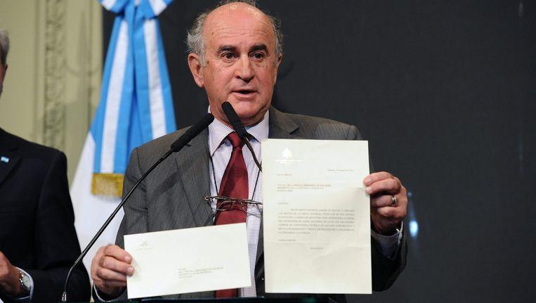 Oscar Parrilli toont de brief en de omslag voor de tv-camera's.