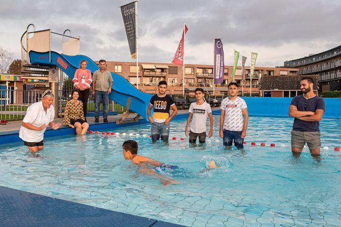 Op de voorgrond Roni (13), daarachter van links naar rechts Ibrahim Khalil (17), Solari (15) en Omar (19).  Links op de achtergrond Joke Smit van Krimpenerwaard Intercultureel en ouders Hayat (40) en Rachad (43). Tolk Simo Dahi staat rechts, zwemjuf Retty Kapteijn links.