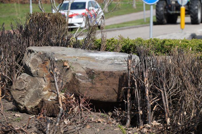 Auto botst tegen grote kei op rotonde in Sprang-Capelle