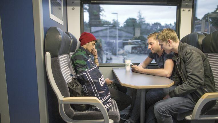 In de trein van Zwolle naar Emmen. Beeld Herman Engbers