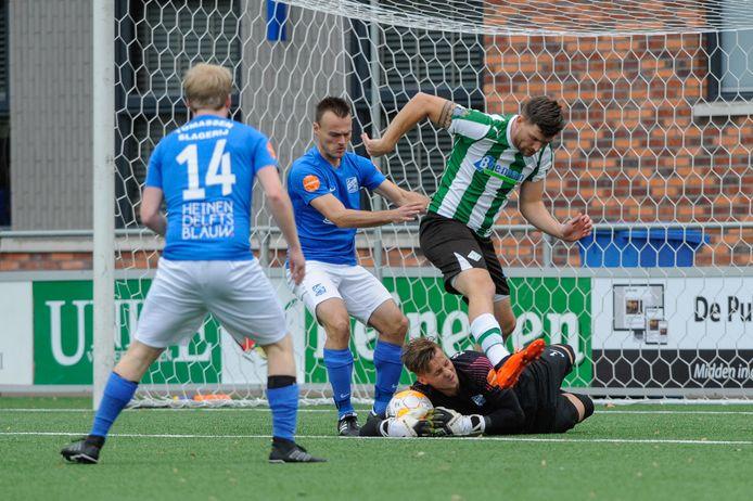 Martin van Barneveld brengt namens SDC Putten redding tegen SC Genemuiden. De doelman speelt na de zomer weer voor Zeewolde.