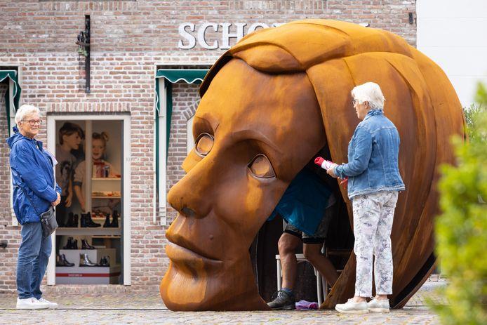 Het hoofd van kunstenaar Bart Somers' moeder op de Vismarkt was hét pronkstuk op het Art Festival Heusden 2021.