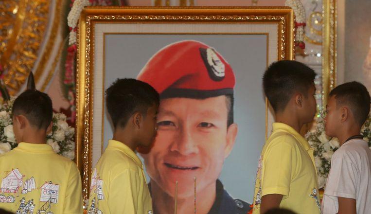 De voetballertjes betuigen hun respect aan het portret van Saman Gunan, die overleed tijdens de reddingsactie.