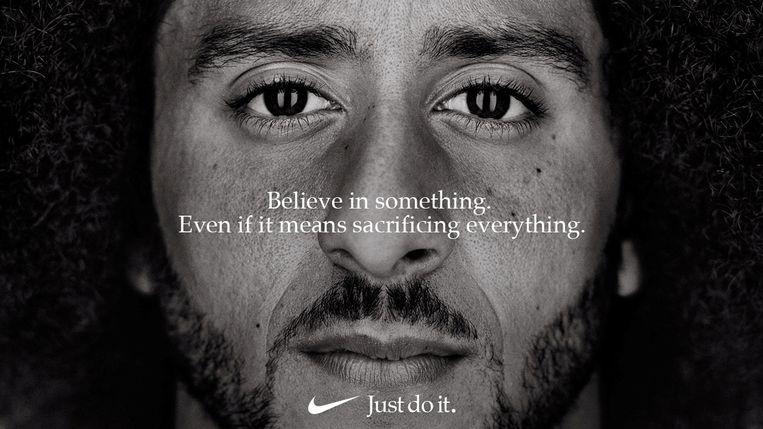 In 2018 koos sportkledinggigant Nike de American footballspeler Colin Kaepernick als uithangbord. Beeld REUTERS