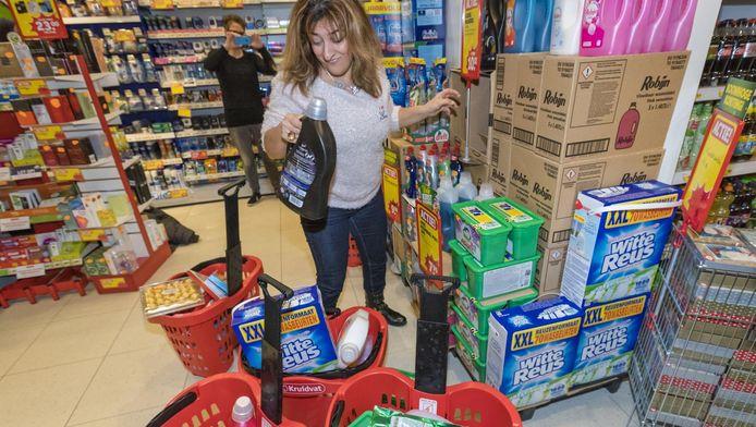In Alphen hield Kruidvat in december ook een openingsactie met gratis winkelen. Marianna Babajeva wist binnen een minuut voor bijna 229 euro aan artikelen in haar karren te krijgen, voor de stichting Slimm.
