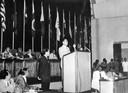 De Chinese minister Tsjoe en Lai aan het woord tijdens de conferentie van Bandung.