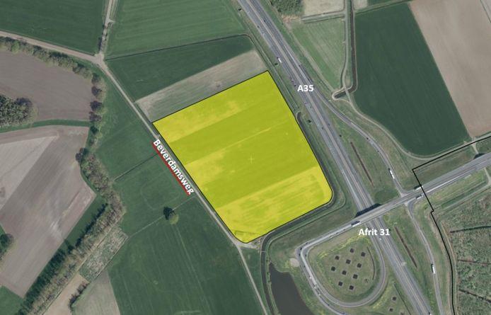 Op de gearceerde plek langs de A35 bij Wierden komt het zonnepark De Wierdense Aa.