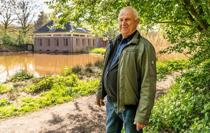 Bart van Sleeuwen tegen de achtergrond van het gebouw van de Perekker.