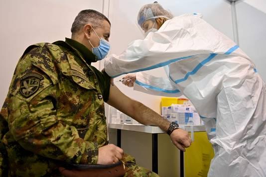 Un officier serbe vacciné à Belgrade