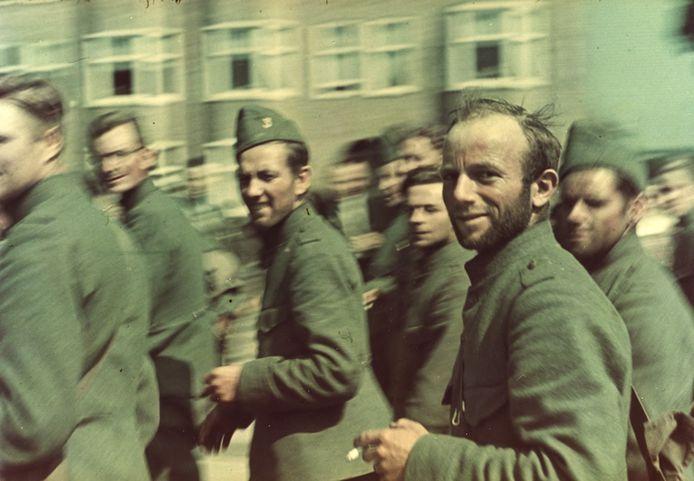 Nederlandse krijgsgevangenen kijken in de lens van de fotocamera van een Duitse soldaat op de Boulevard Heuvelink. Ze hebben de strijd om de IJssel overleefd. Een van de plaatjes uit het 'Jumbo-album' van Prodesse Conamur over Arnhem in de Tweede Wereldoorlog,