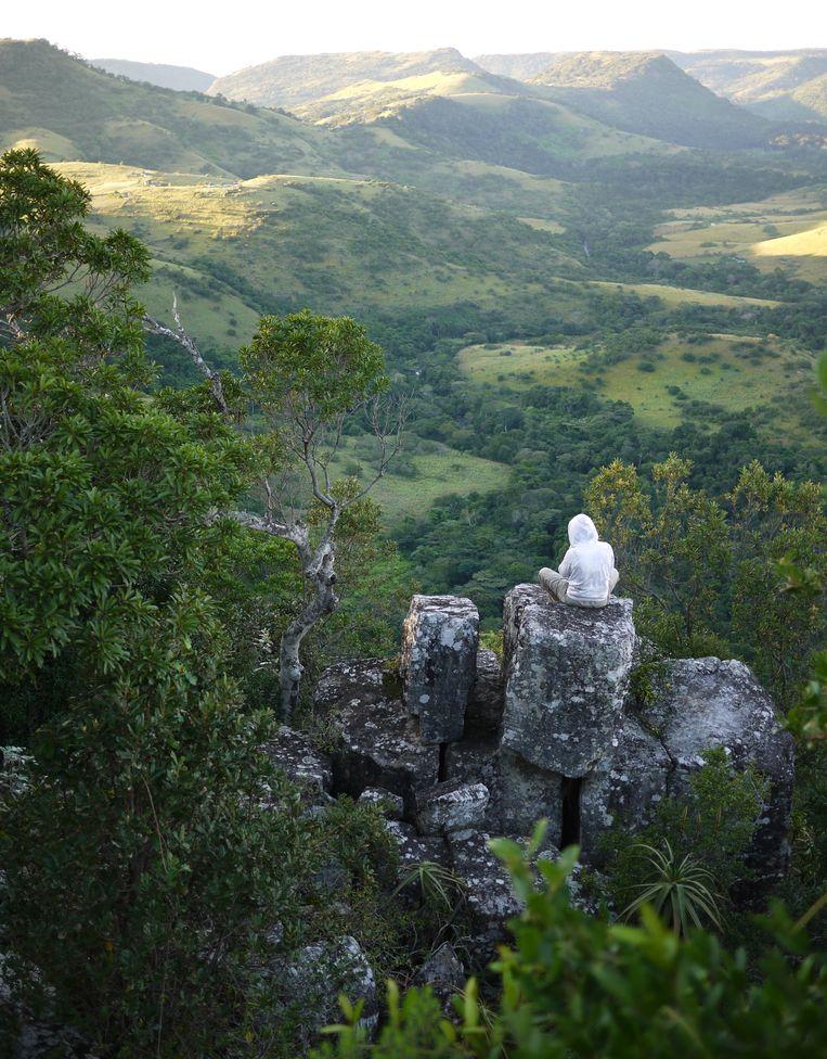Even de dingen op een rij zetten. Geen betere plek om dat te doen dan ergens alleen op een berg. Dit is Pondoland, Zuid-Afrika.  Beeld Sofie Goossens