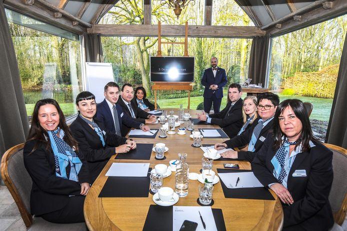 De receptionisten volgen de lessen etiquette en gastvrijheid.