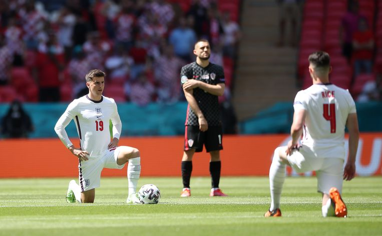 De Engelsen knielden, de Kroaten niet. Beeld Photo News