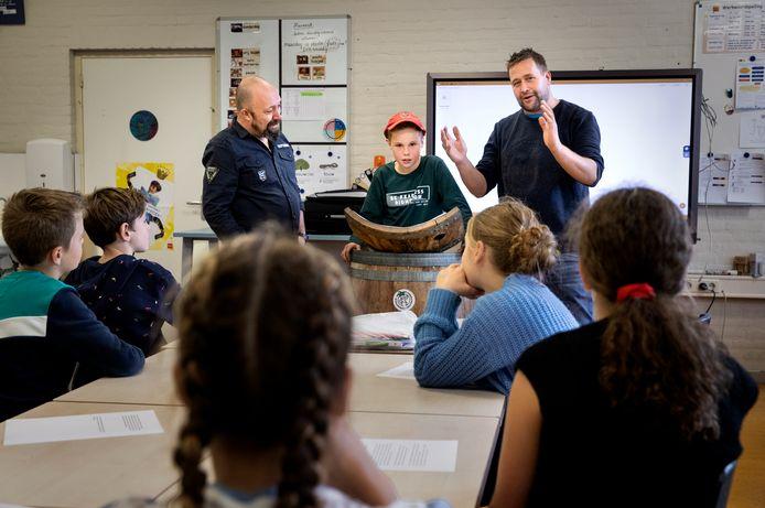Tonpraters geven les aan kinderen van groep 8.