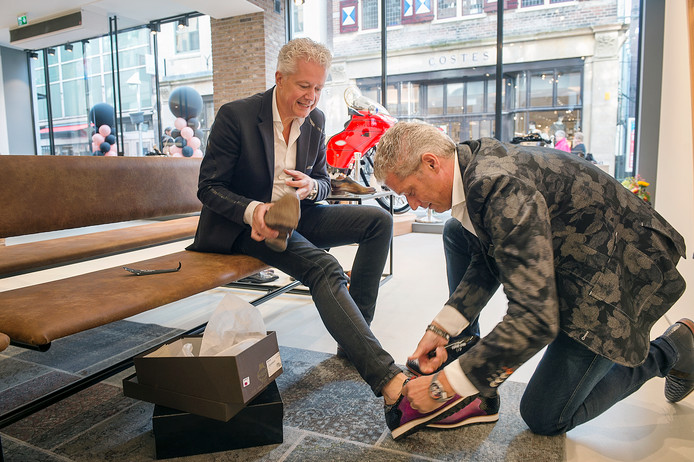 Schoenen passen in een ruime nieuwe zaak. De gebroeders Van Dael geven een demonstratie.