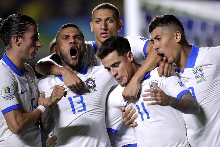Brazilië viert de eerste goal van Phillippe Coutinho (11), met Filipe Luís (links), aanvoerder Dani Alves (13), Richarlison (achtergrond) en Roberto Firmino (rechts).  Beeld REUTERS