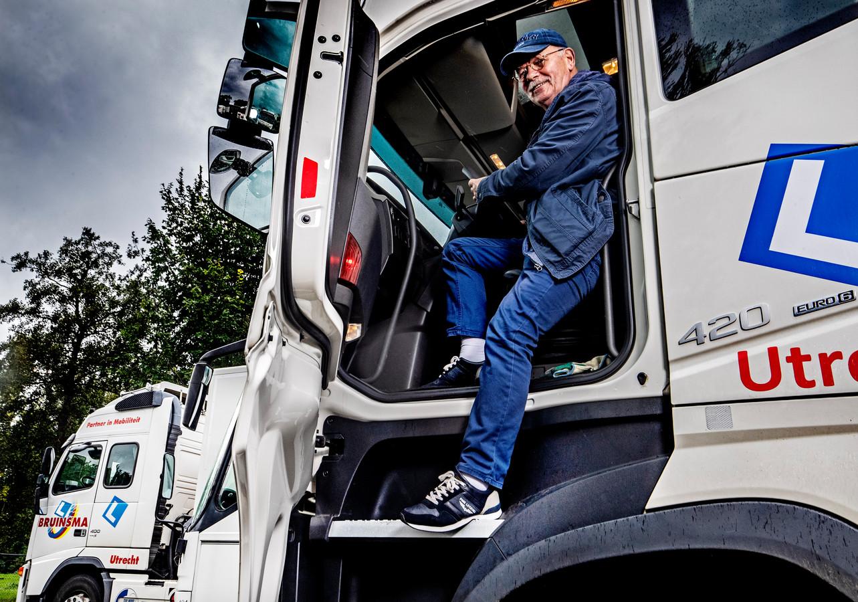 Ton Heesen geeft nog steeds instructies op de vrachtwagen.
