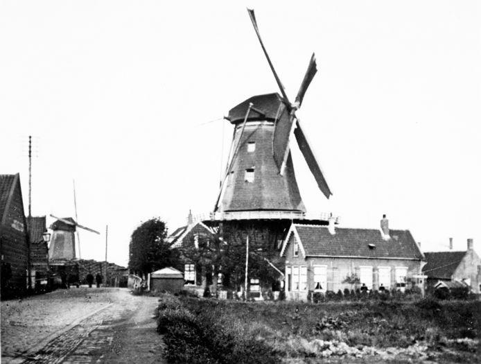 Molen de Pelikaan (rechts) en molen de Zeelt (gesloopt 1922). Waar de mensen lopen, is de ingang van het Papegat.