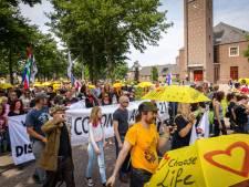 Demonstratie op Urk tegen corona-maatregelen met gele paraplu's én Willem Engel