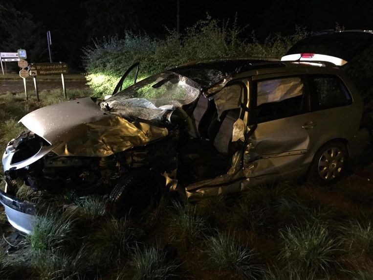 De verhakkelde wagen waarin bestuurder Laurent Vermeersch het leven liet. Zijn vriend is ongedeerd, hun twee echtgenotes hebben zware verwondingen.
