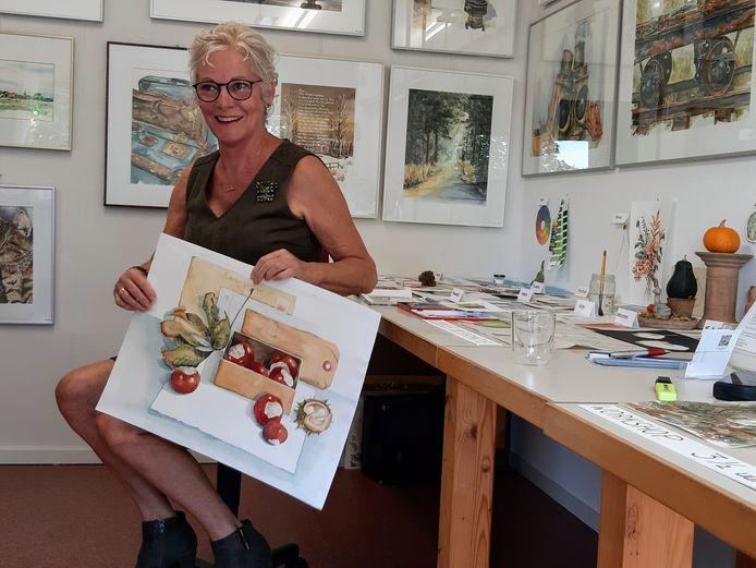 Marie-José Mol met een van haar aquarellen