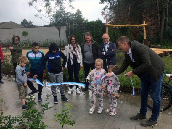 Thalya en Yanesca knippen het lint door voor de officiële opening van het belevingsplein