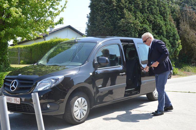 In een bescheiden gezinswagen daagt prins Laurent op.