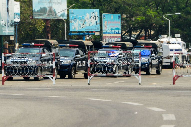 Politiewagens blokkeren een weg in Naypyidaw, Myanmar. Beeld AFP