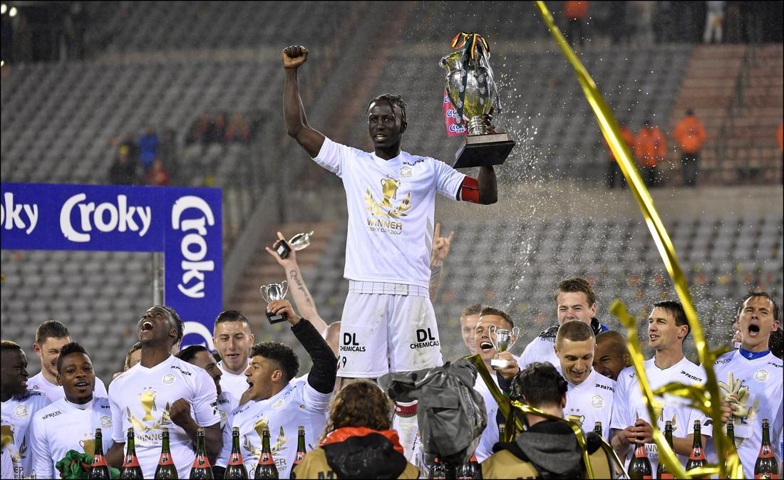 Mbaye Leye tilt voor de derde keer de Beker van België omhoog, hier als kapitein van Zulte Waregem in 2017.