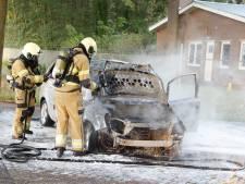 Auto vliegt tijdens rijden in brand in Langenboom