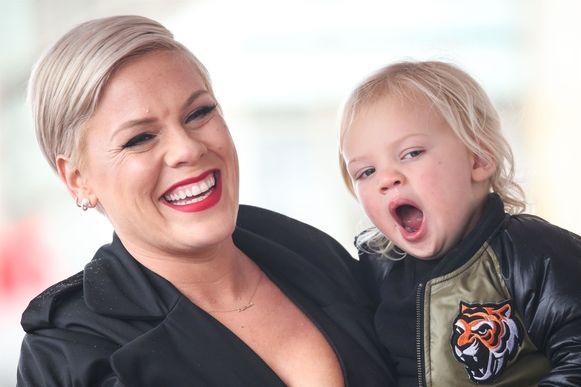 Pink met één van haar kinderen.
