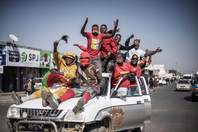 Supporters van Hichilema vieren zijn overwinning op de straten van hoofdstad Lusaka. Beeld AFP